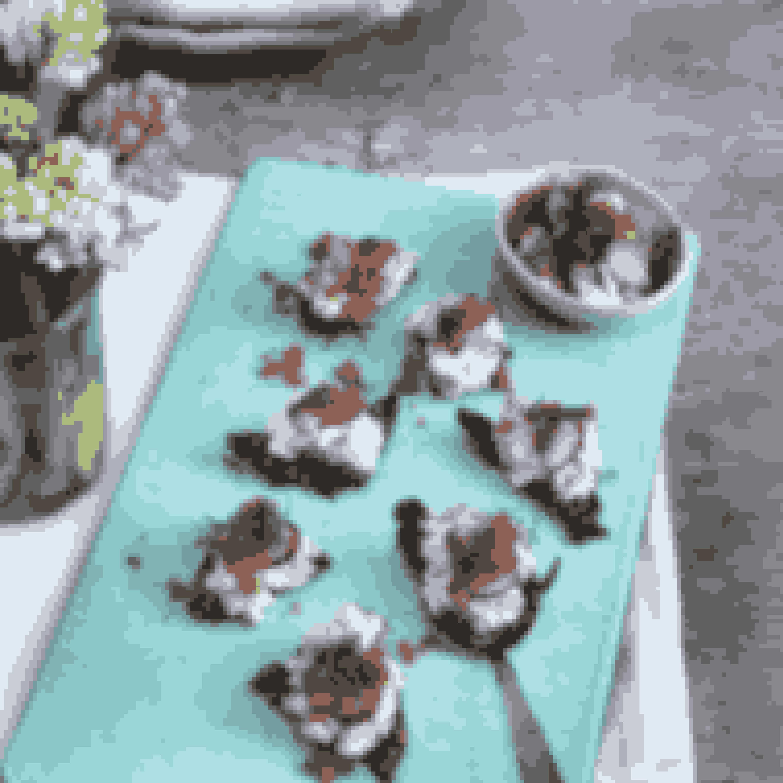 Stenbiderrogn er som små perler i munden, som ved hvert bid udsender et strejf af sødme og passer perfekt sammen med rygeost. Stenbiderogn findes desuden i flere forskellige farver, hvis man vil gøre lidt ekstra ud af udseendet.Det skal du bruge til stenbiderrogn med rygeost:4-6 skiver ristet rugbrød100 g rygeost1 dl skyr500 g stenbiderrogn1 lille rødløg1 bundt dildsalt og friskkværnet peber1 bundt radiserSådan laver du stenbiderrogn med rygeostRist rugbrødet.Rør rygeosten sammen med skyr og 400 g stenbiderrogn (resten af rognen gemmes til pynt).Hak rødløg og dild fint, og bland det i rygeostcremen. Smag tilmed salt og peber.Smør rygeostecremen på det ristede rugbrød, og pynt med den sidste stenbiderrogn, radiser skåret i fine skiver og evt. lidt ekstra dild.