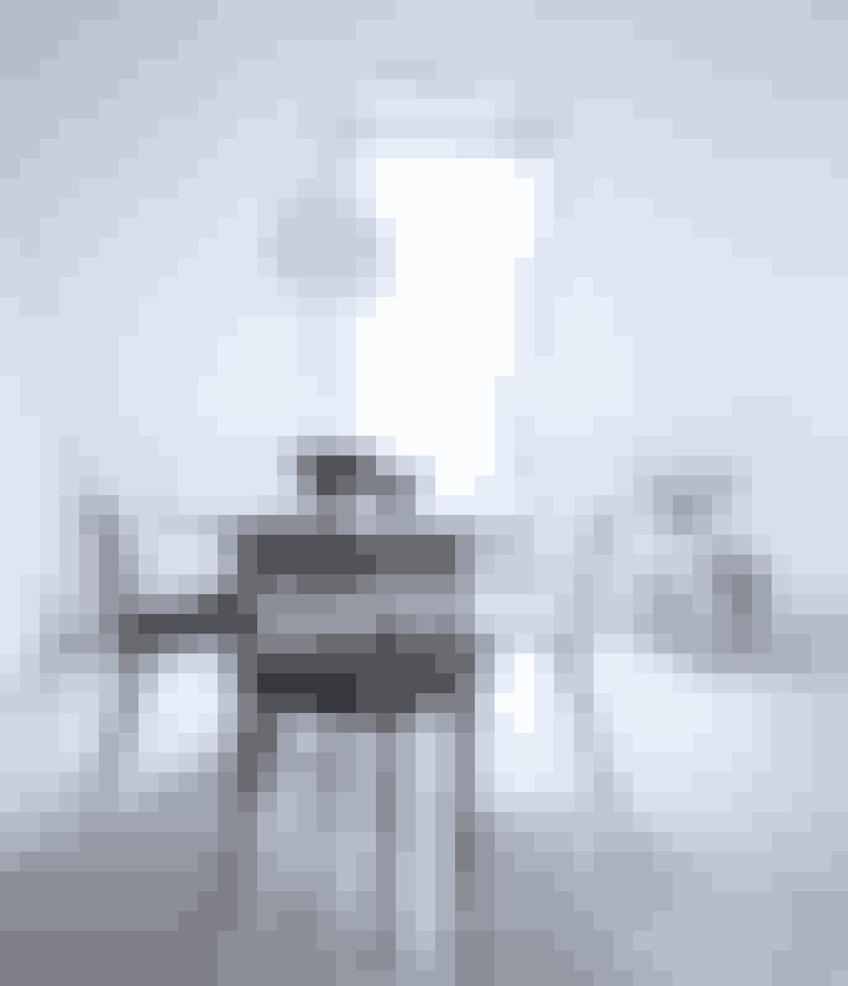 Bryd det hvide look med sorte stole. Det giver en smuk kontrast og et rent udtryk.