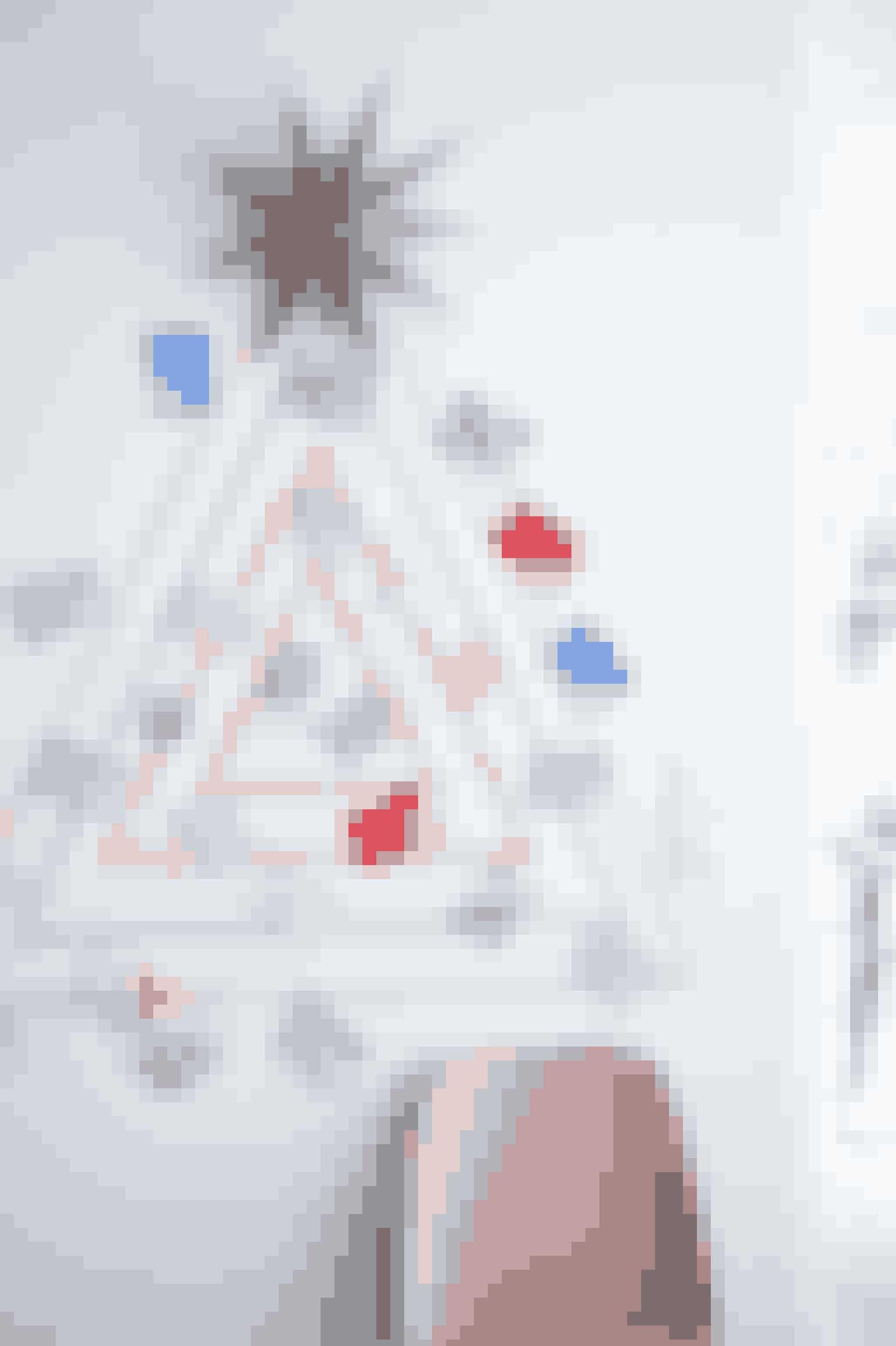 Lav et juletræ af dekorationstape på væggen og sæt pakkerne derpå.