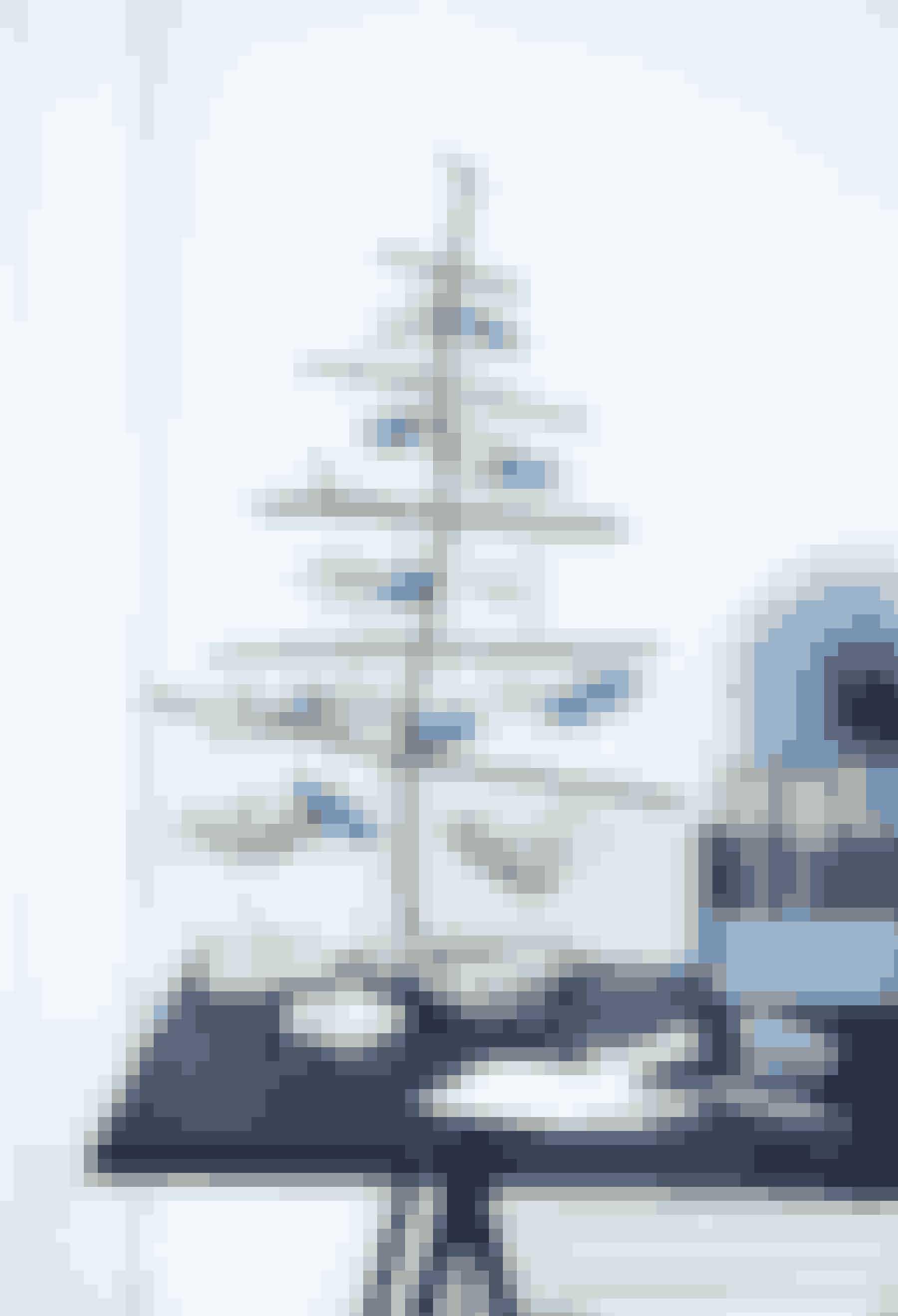 Lav et fint juletræ af pinde og hæng gaverne på. Det er en virkelig dekorativ pakkekalender.