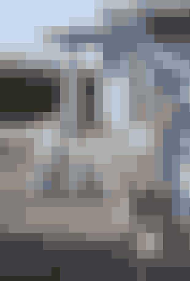 Trænger sommerhuset til at blive malet, så vælg en farve, der passer til området. Der er en håndfuld farver, som klæder de fleste sommerhuse, alligevel er der visse farver, der er mere udbredte end andre. Kig på området - hvad præger det? De lyseblå nuancer passer f.eks. rigtig godt til kystområder. Ligger sommerhuset i et skovområde, kan den røde nuance a la svensk ødegård være det rette valg. Og så er der naturligvis også det sikre valg, sort, som rigtig mange hælder til. Husk dog aldrig at male i direkte sollys. Malingen tørrer for hurtigt i direkte sollys og risikerer at blive stribet og ujævn. Krukkerne er fra Broste, og havestolene fra Trip Trap.