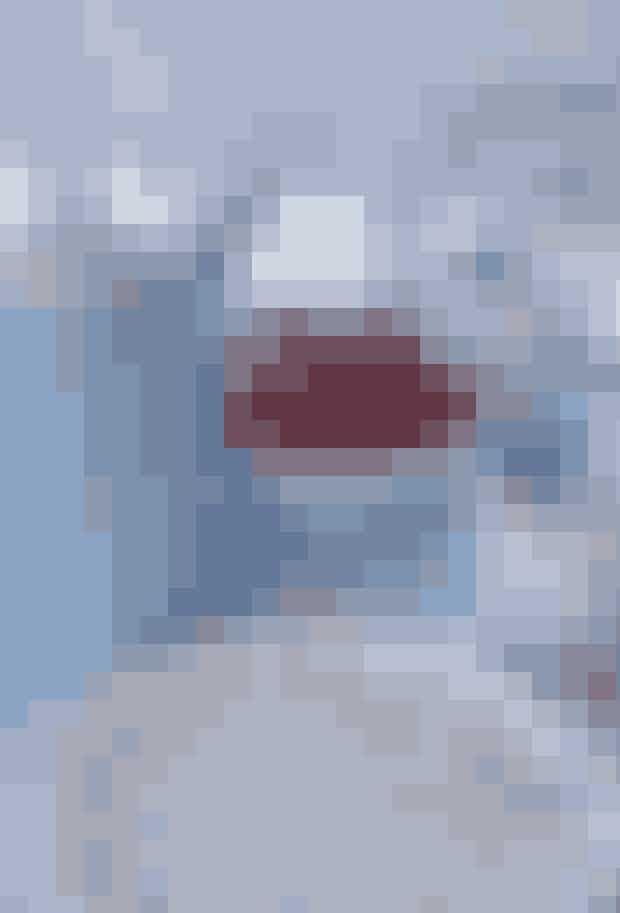Miks forskellige typer service, men hold det i samme nuance. Bland gammelt og nyt, loppefund og nyindkøb. Sørg for ensfarvede dele såsom tallerkener og skåle. Det giver plads til det mønstrede service. Mormorstellet er fra Normann Copenhagen, Mega Mussel-kopperne er fra Royal Copenhagen, og kanden er fra Sonja Aluminia.Tip:Vandglassene må gerne være fine og på fod, eller i krystal, det står skarpt til det rå plankebord.