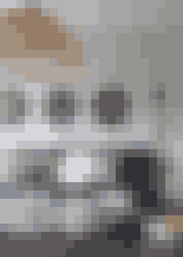 Tre ens spejle og to ditto lamper omkring sofaen giver etroligt harmonisk udtryk og skaber som her bund for at kunneeksperimentere med fx forskellige puder i sofaen. Den blåBruce-sofa er købt hos Caravane. Bambuslampen er fra AyIlluminate, og 216-væglamperne er fra Lampe Gras. Spejlene er fra Kok Maison - Find dem her!