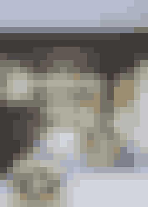 Brug gennemgående elementer i indretningen, som den samme typelamper eller en bestemt type spejle, der skaber genkendelighed fra rum tilrum.Arbejd med at skabe symmetri med lamper og tæpper, fx omkringsengen eller sofaen.Brug mønstrede klinker på gulvet i stedet for eksempelvis træeller linoleum – det giver et varmt og eksotisk udtryk som modspil til enenkel og minimalistisk indretning.En kurv eller et tæppe behøver ikke at høre hjemme på gulvet, menkan udgøre en smuk vægdekoration.Mal gulve og vægge i samme lyse nuance – det er elegant og får indretningentil at fremstå harmonisk og gennemført.