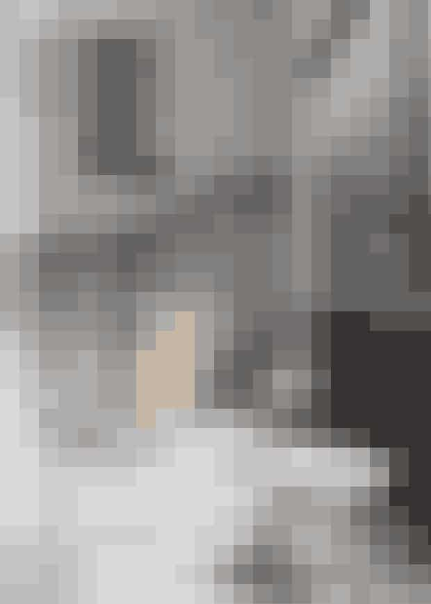 Gør rummet lysere ved at male gulv og væggelyse – her er udtrykket forstærket med en Monetstolog -fodskammel fra Sika Design. Find stolen her!