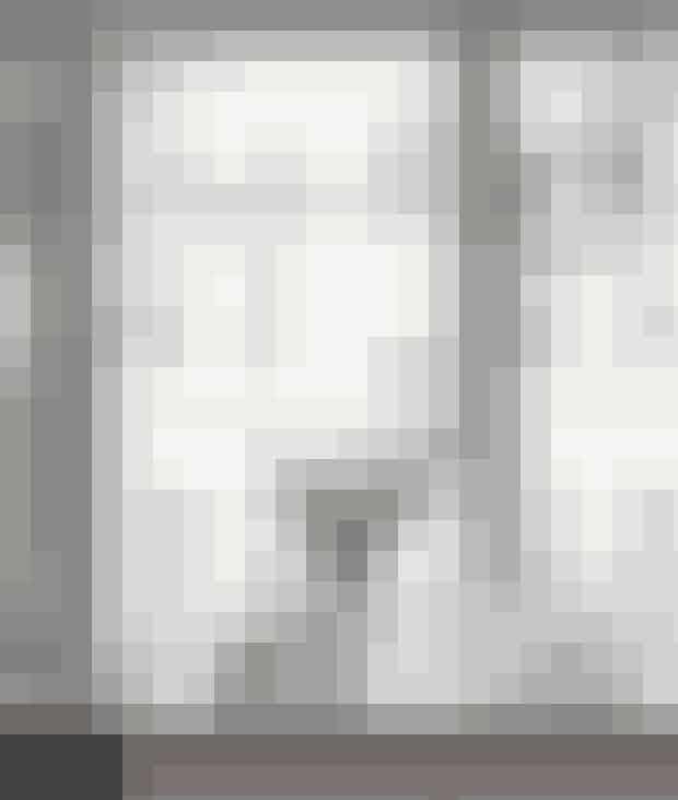 Brug en vindueskarm til et lille julelandskab på den voksne måde. Pernille Mikkelsen har sat eukalyptusgrene i hvide vaser, dekorationstræer og en enkelt hjort fra julekassen sammen. Vaserne er Lyngby-vaser, den grå juletræsstage er fra Kähler, og pyntetræerne er fra Tine K Home.