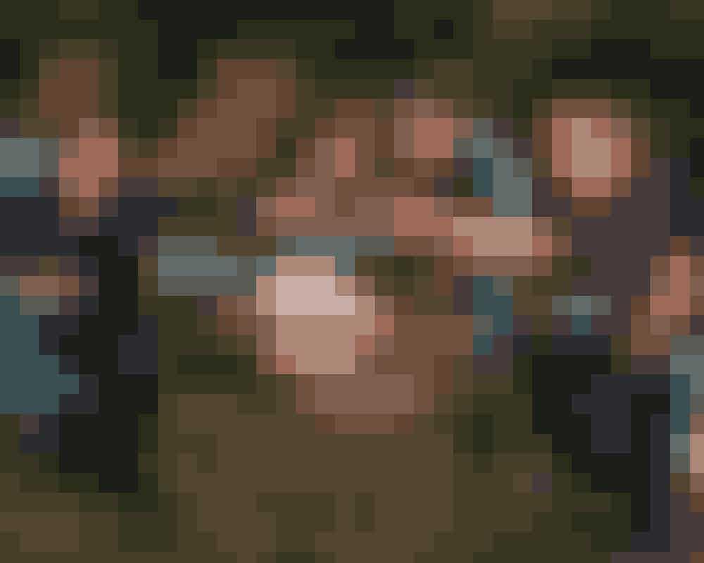 Fuller HouseDen første sæson af 'Fuller House', der er opfølgeren til 'Hænderne fulde' (1987-95), ligger allerede på Netflix, og en ny sæson er på vej.Mary-Kate og Ashley Olsen, som spillede lillesøster Michelle i den oprindelige serie, er de eneste medlemmer af Tanner-familien, som ikke medvirker i de nye afsnit, der handler om, hvordan D.J – den ældste af de tre søstre – flytter sammen med sin veninde Kimmy og søster Stephanie, efter hendes mand er død, og hun står alene med sine tre sønner. Det lyder måske ikke så sjovt, men det er lige så gak og fjollet som den oprindelige serie.