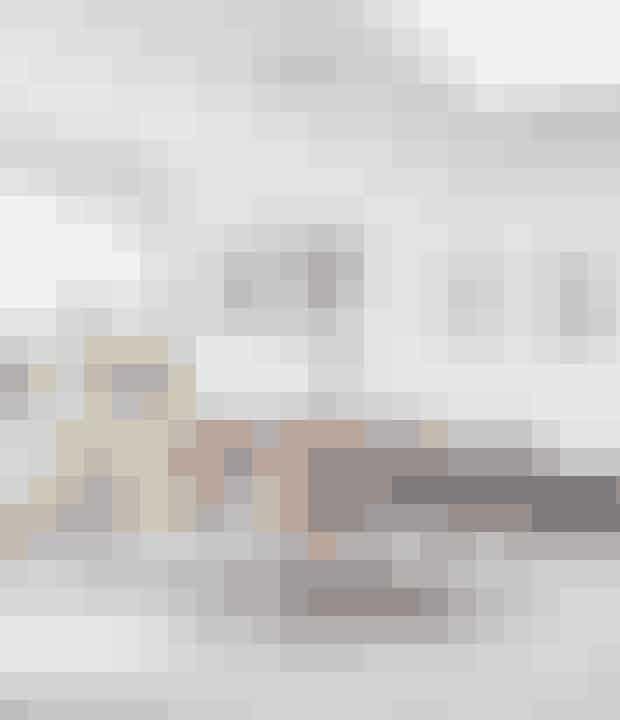 Det eksklusive Piet Hein-bord fra Fritz Hansen i kakaobrunt wenge-træ stammeroprindeligt fra Louise Guldagers barndomshjem. Hun har valgt at sætte bordet sammenmed de prismæssigt mere tilnærmelige Dolphin-stole fra Ilva. Over spisebordethænger Jo Hammerborgs Cylinder IV, som også hang over Louise Guldagers mormorssofabord. Oprindeligt hang en klassisk Globe-lampe fra Verner Panton over bordet,men Jo Hammerborgs stramme 50'er-æstetik og rå stålcylindere passede bedretil det nye funkishus. Lampen er fundet på DBA efter længere tids søgning.