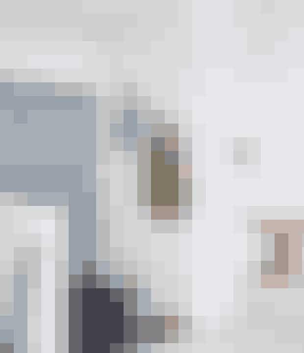 Ligesom i spisestuen har parret ientréen kombineret et billigt spejlfra Søstrene Grene med en eksklusivknage fra Gubi. Find den her!