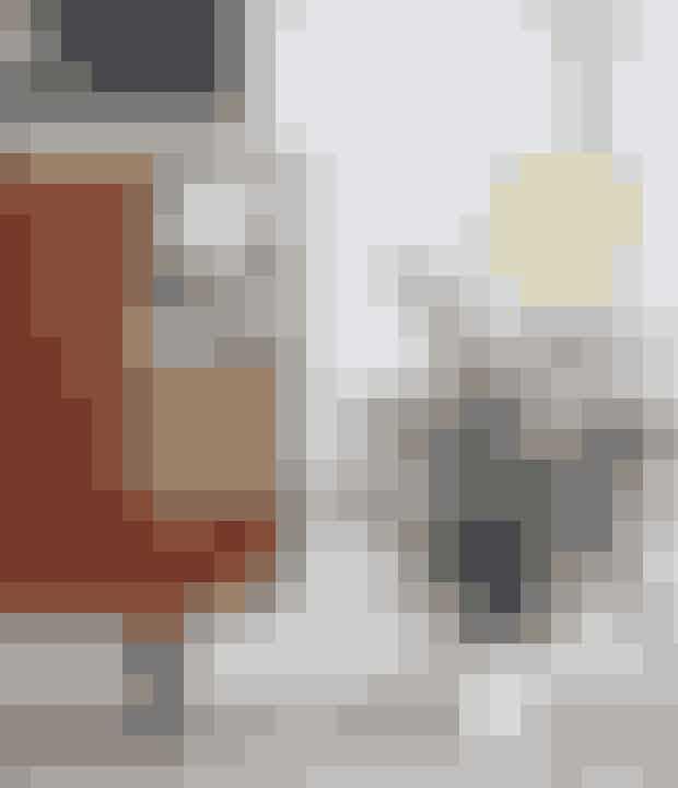 Skænken byder på et vaskeægte barskabi god 50'er-stil og matcher nuancerne ibilledet på væggen fra Hagedornhagen– find dem her!