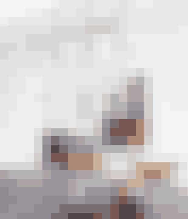 På spisebordet står en gammelSøholm-tekande, købt på et loppemarked, en sukkerskål ogmælkekande fra Kähler (Find det her!), samt kaffekopper fra Studio Arhoj. Det hele står på en keramikplade, somfaktisk er en fliseprøve, da parret skulle finde ud af, hvilkekakler de skulle have på væggen i køkkenet.