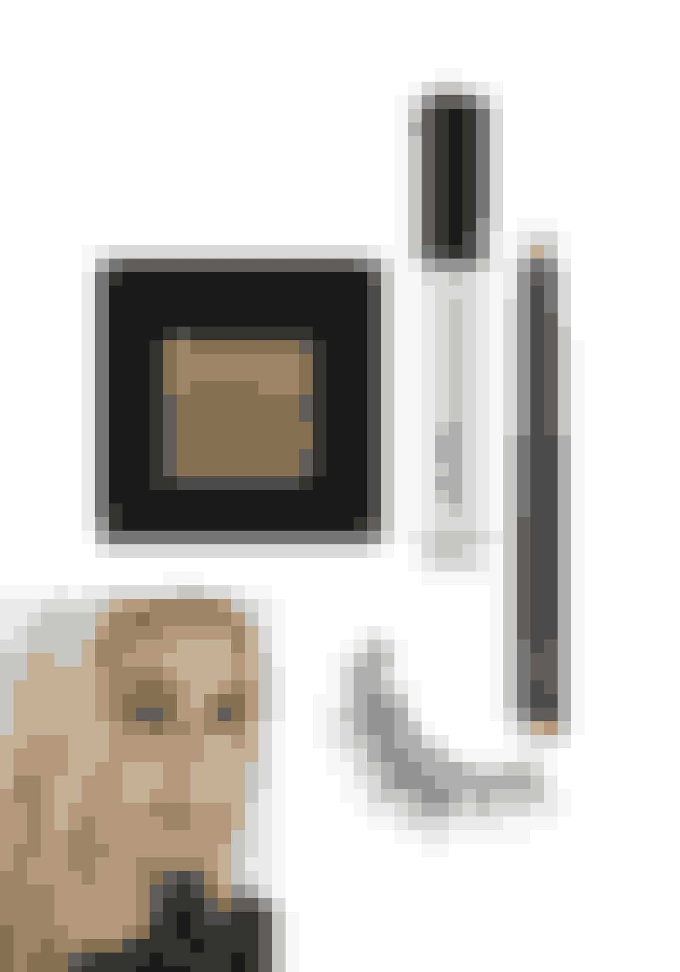 Golden EyeMetallic Eye Shadow, Bobbi Brown, 210 kr. Købes online HERLip Gloss Oil, Gosh, 100 kr. Købes online HERMetallic Eyeliner Stick, Nars, 210 kr. Købes online HERKunstige vipper, Huda Beauty, 150 kr. Købes online HER