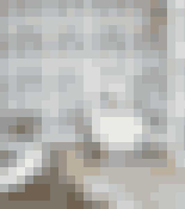Hvis dine trægulve er plettede og slidte, så kan du udligne nuanceforskellene ved at hvidskure dem. Sæbeblandingen indeholder kalk og gør dine gulve lysere.