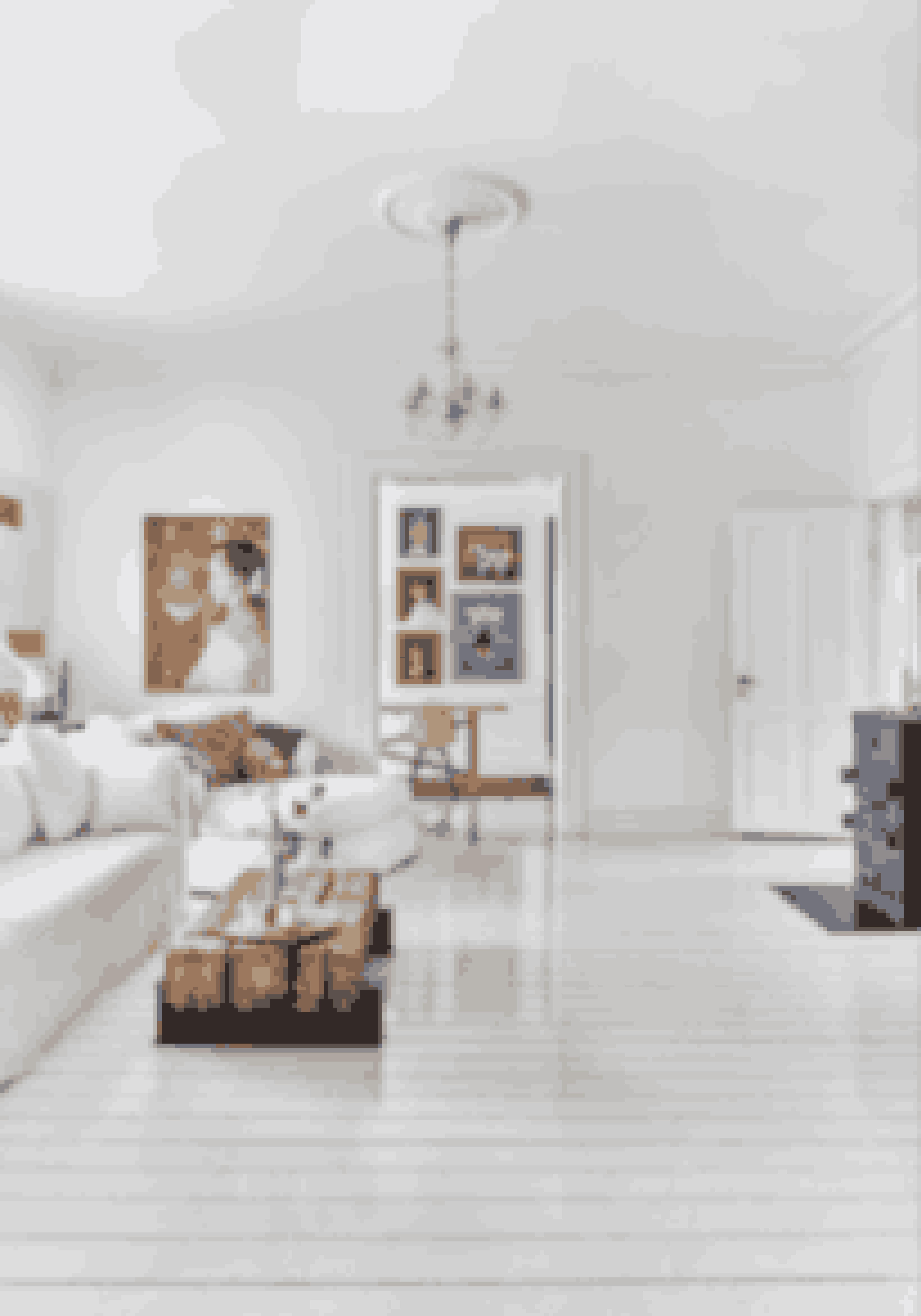Skab en sammenhæng med ens gulve. Halvblanke, hvidmalede gulve trækker masser af lys ind i rummene.