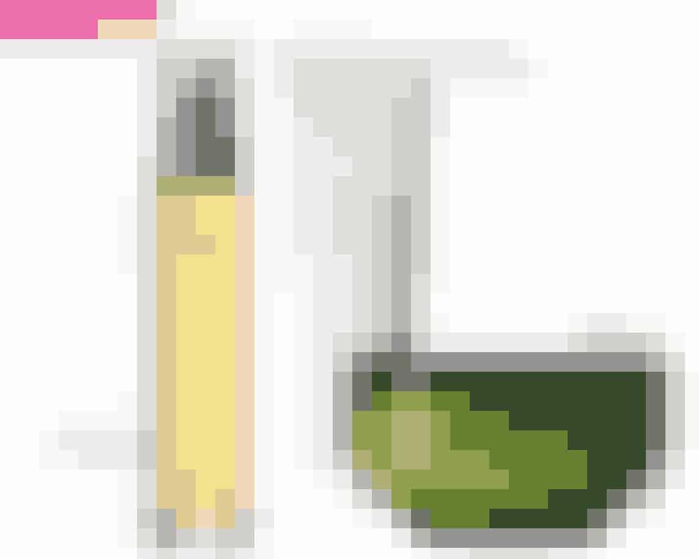 Hårolie • SpendérNår du skal give tørre og slidte hårspidser glans og pleje, er en god hårolie vejen frem. Olier uden forkerte tilsætningsstoffer og kemikalier kan give dig rød løber-værdige lokker. Samtidig vil olien beskytte og behandle dine fine hårstrå hele dagen, da de bliver gennemfugtet og blødgjort.På billedet: Argan Organic Earth Oil, Björn Axén, 100 ml, 295 kr. Købes online HERStylingprodukt • SparNår du føntørrer, krøller eller glatter håret, er det vigtigt, at du bruger noget varmebeskyttende. Så hvorfor ikke finde et produkt, der kan det hele – både style, pleje og beskytte? Så får du et smukt, glansfuldt look, ligegyldigt om du har krøller eller glat hår.På billedet: Styling Cream, Sachajuan, 125 ml, 135 kr. Købes online HERHårkur • SpendérEn kurbehandling hos frisøren føles bare anderledes, end når man står derhjemme under bruseren. Men med det rigtige produkt – til den rigtige pris – kan du få samme resultat som i salonen. Hvis du bruger en hårkur af billigere kvalitet, vil den typisk kun arbejde i overfladen af dine hårstrå. Det vil gøre dit hår blødt, ja, men du får ikke behandlet og forbedret din hårstruktur i dybden.På billedet: Silk Bloom Restorative Treatment for Damaged Hair, Shu Uemura, 200 ml, 440 kr. Købes online HER