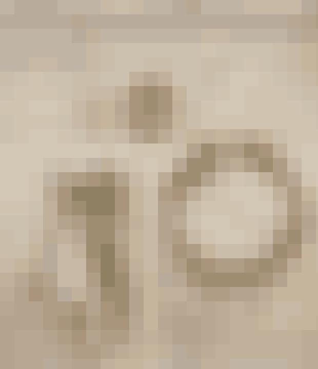 Kraftig ståltrådGran til at binde på ringen samt til dekorationAlmindelig ståltrådSmå grene fra eukalyptusSmå grene fra Corokia cotoneaster (spøgelsestræ)Kernelæder til at klippe blade ud af4 lange kernelædersnore4 juletræslys4 juletræsholdere.