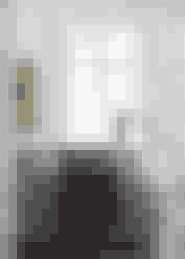 Hvide, grå og beige nuancer giver enafdæmpet feminin stil i soveværelset.Gulvet, der er malet lysegråt skaber sommerligstemning til rummet hele året.Hesten er et loppefund, og sengetæppeter fra Fabric Copenhagen. Tip! Find sengetæppe i vasket hør her!
