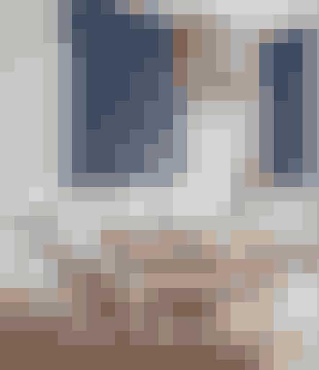 Stil to smalle spiseborde ved siden af hinanden – så kan du sætte dem i forlængelse af hinanden, hvis du får mange gæster, og der skal være plads til flere. Der er sat rustikke træmøbler og blandede genbrugsstole ind i spisestuen med de overdådige og elegante detaljer for at give det et nutidigt løft og en afslappet stemning. House Doctor fører lignende flasker.
