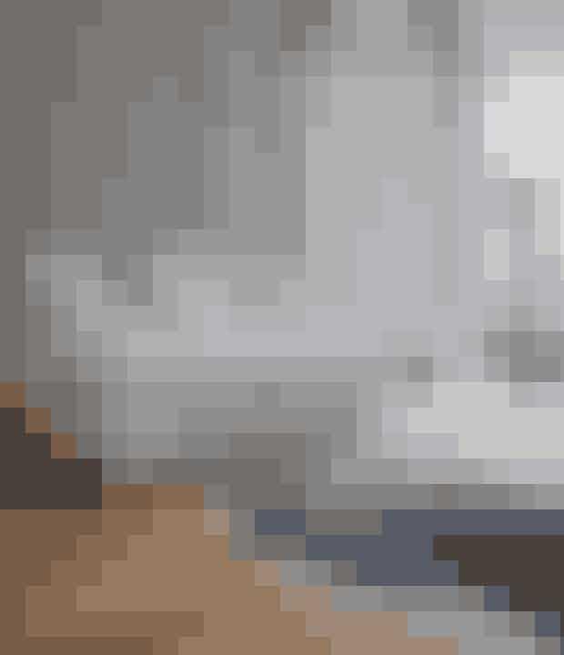 Skab lidt kontrast til de lyse nuancer med et par mørke ting, såsom et koskind på gulvet og en markant gulvlampe. Lignende koskind føres bl.a. af Trendcarpet.dk, og lignende puf fås i Ikea. Gulvlampen er fra Les Héritiers.