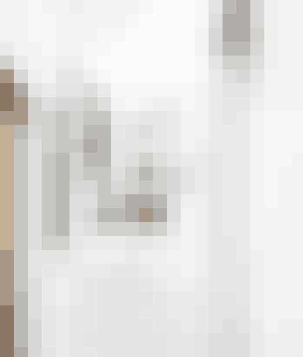 Fra husets entré leder en trappe op til en indskudt etage, hvor husets to ældste døtre har deres værelser. Teenageafdelingen ligger på den måde lidt for sig selv og hænger alligevel sammen med den øvrige bolig. Trappen og gulvene på de øvre etager er af lyst Pitch Pine, der bl.a. forhandles af Garant. Fælles for samtlige gulve er, at de har gulvvarme.