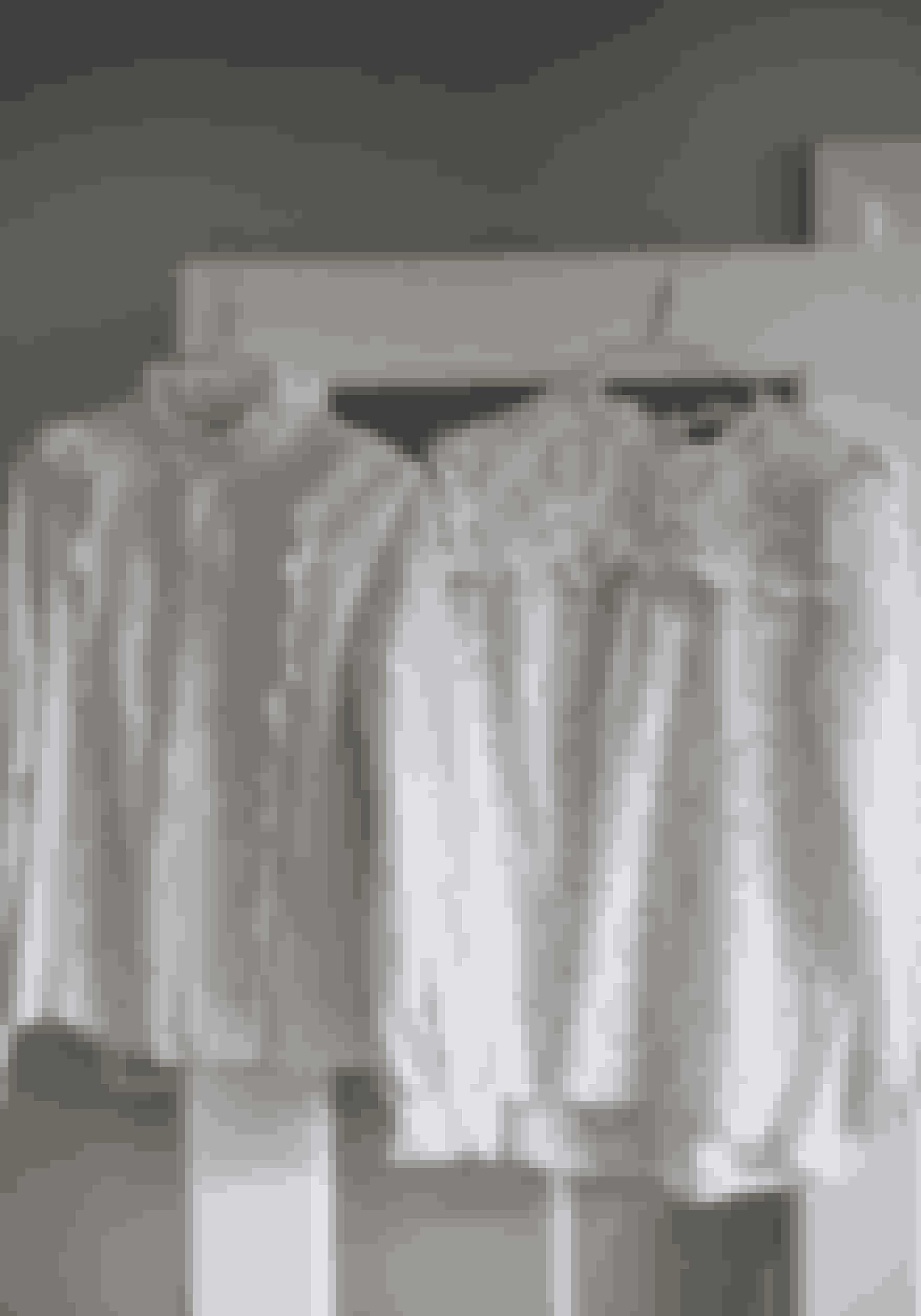 Hvide skjorter fra Zara. Den næste må gerne være fra danske Skall Studio, som søstrene Julie og Marie Skall står bag, siger Katrine Drost Lewinsky.
