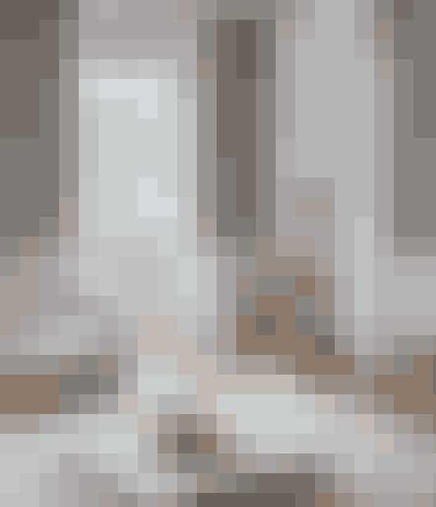Fremhæv de hvide nuancer på møbler, paneler og lofter ved at male væggene grå.Se resten af det skønne herskabshjem her!