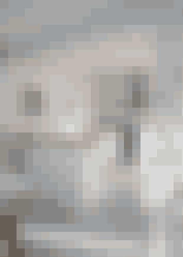 Louise og Jesper valgte for et par årsiden at male gulvet med grå epoxy.Det har givet en visuel ro og skabersammenhæng mellem alle rum.Køkken og armatur er fra Ikea, mensløberen er fra Stilleben. Lamperneer fra Muuto, og hylden på væggenfra Trævarefabrikernes Udsalg.