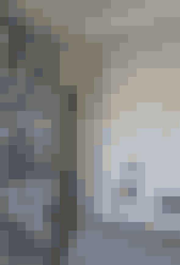 Beklæd kedelige, triste skabslåger med markant tapet som denne bog-fotostat. Lignende fås hos Sacre Coeur.