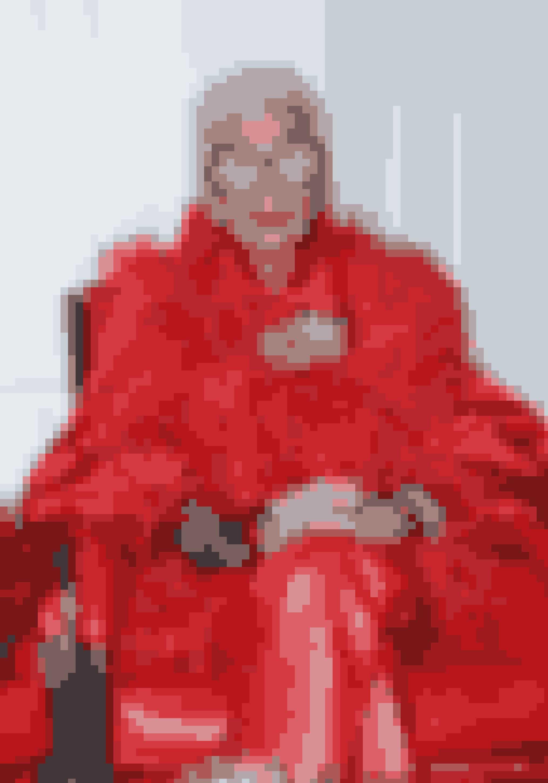 Iris er trods sin flotte alder stadig en af modeverdens største ikoner. Hun er særligt kendt for hendes farverige garderobe, og for sin måde hvorpå hun mikser brugt med nyt.
