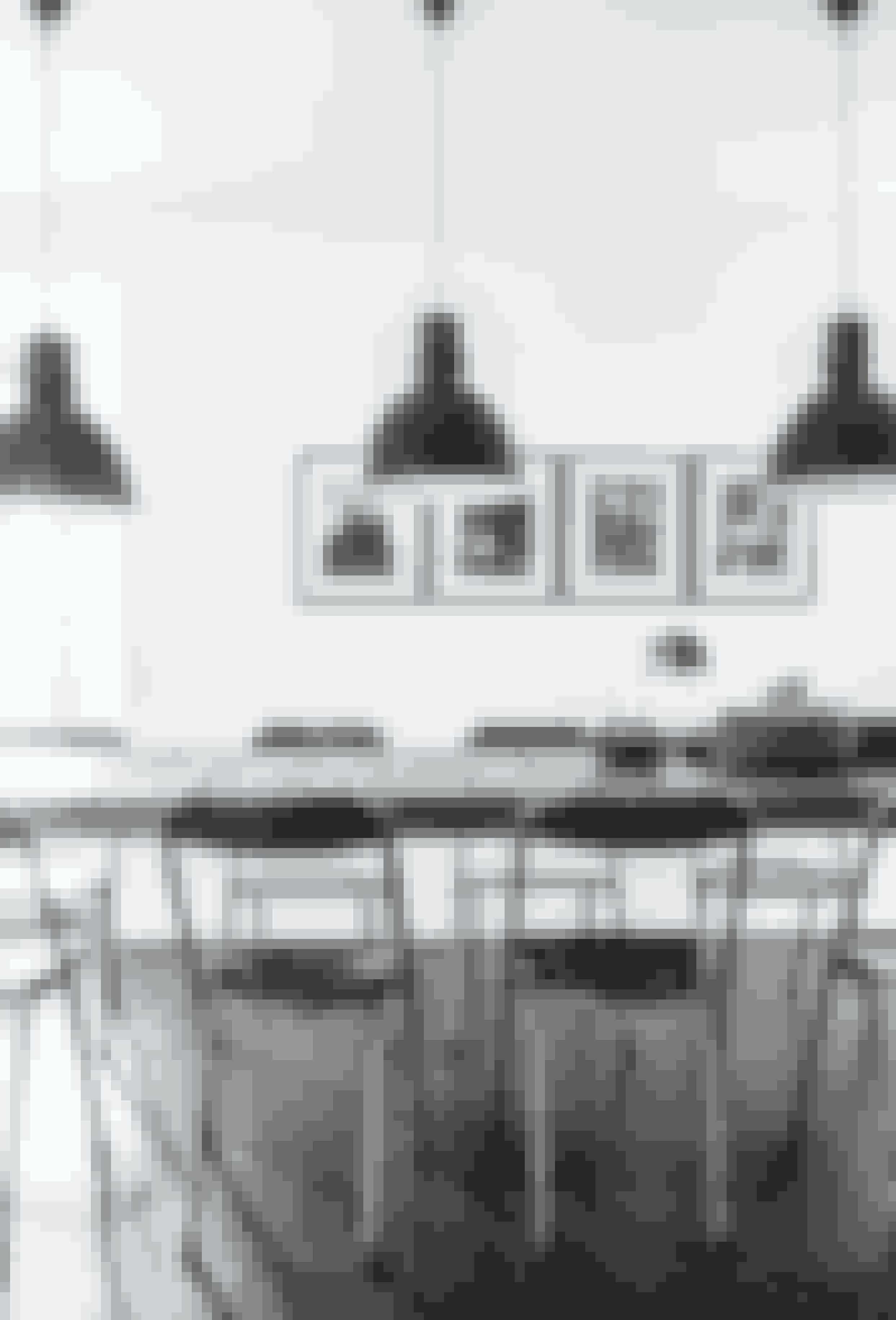 I store rum er det en fordel at bruge gentagelserfor at skabe ro. Her har PietroCastagna fx brugt de samme spisestuestoleog de samme lamper. Gulvet har hanladet være ubehandlet for at give det eleganteen smule rå kant.