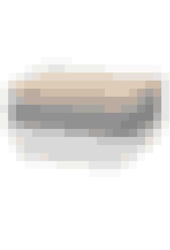 Smørboksen fra Omaggio-serien er med sin slående enkelthed som skabt til den moderne bolig. De bløde former og brede striber giver smørboksen en fin og uhøjtidelig udstråling. H 6,5 x B 10,5 cm, 400 kr. Køb den her!