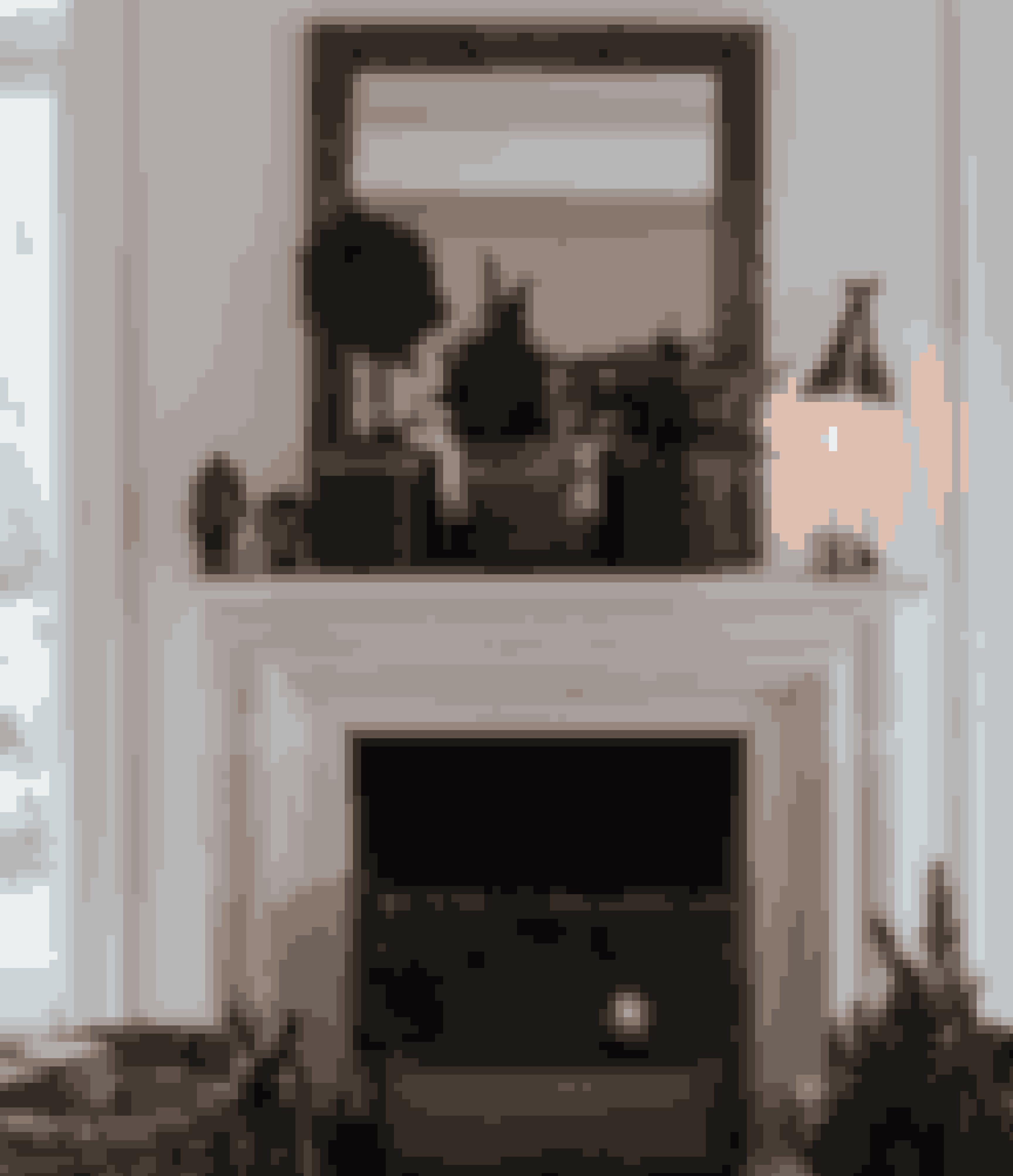 Fyr op under julestemningen med masser af grantræer i krukker. Det bringer naturen ind, så du kan nyde duften af gran langt ind i december. Spejlet er arvet, lysestagen fra By Lassen og figurerne af hoveder fra Marrakesh.