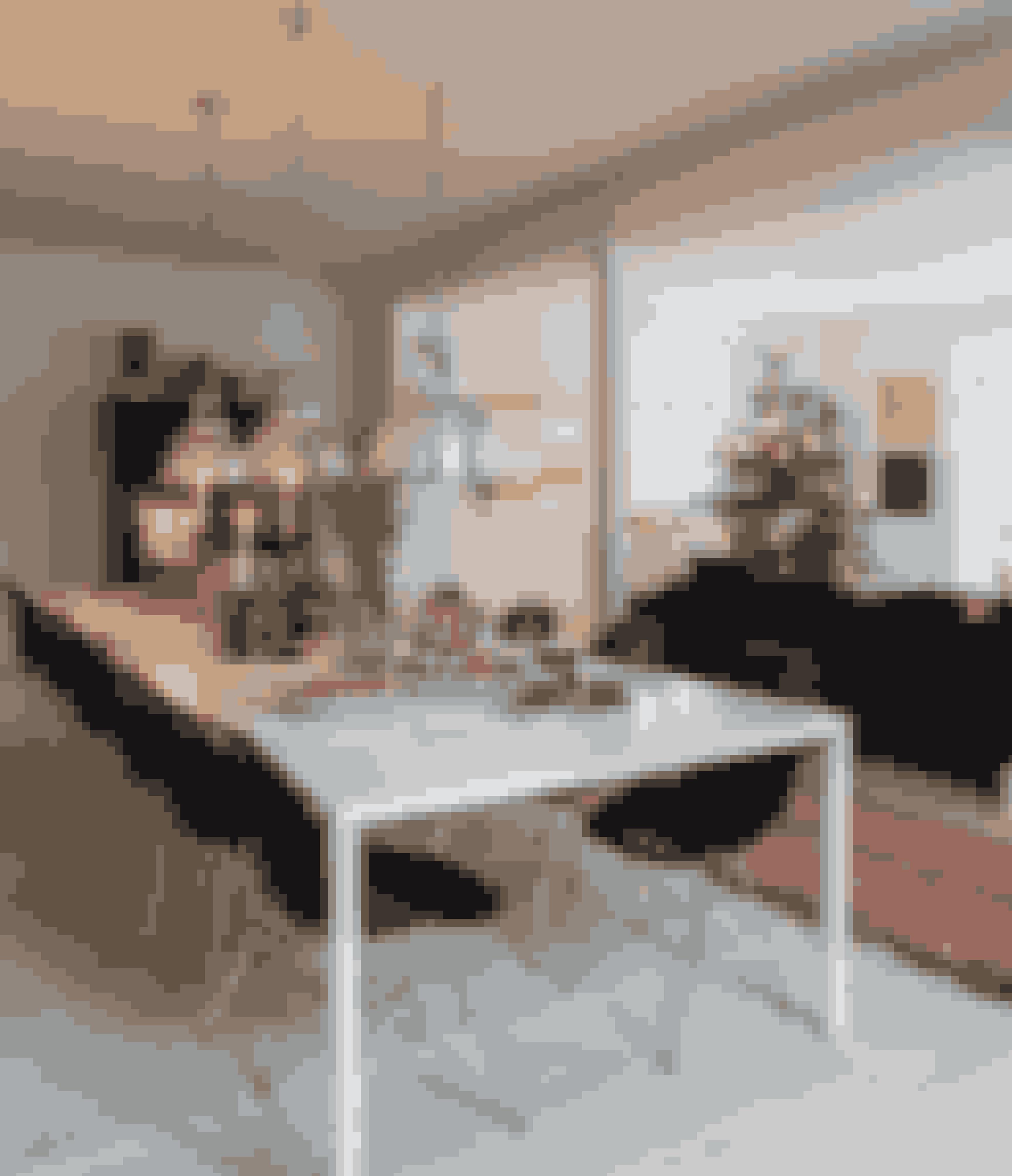 Dæk dit julebord med masser af stearinlys – hvis du gerne vil have julestemning på ingen tid. Stil gerne forskellige stager på bordet sammen med buketter og grønne planter. Eames-spisebordsstole fra Paustian, gulvtæppe fra Marrakesh og pendler fra BBC Lighting.