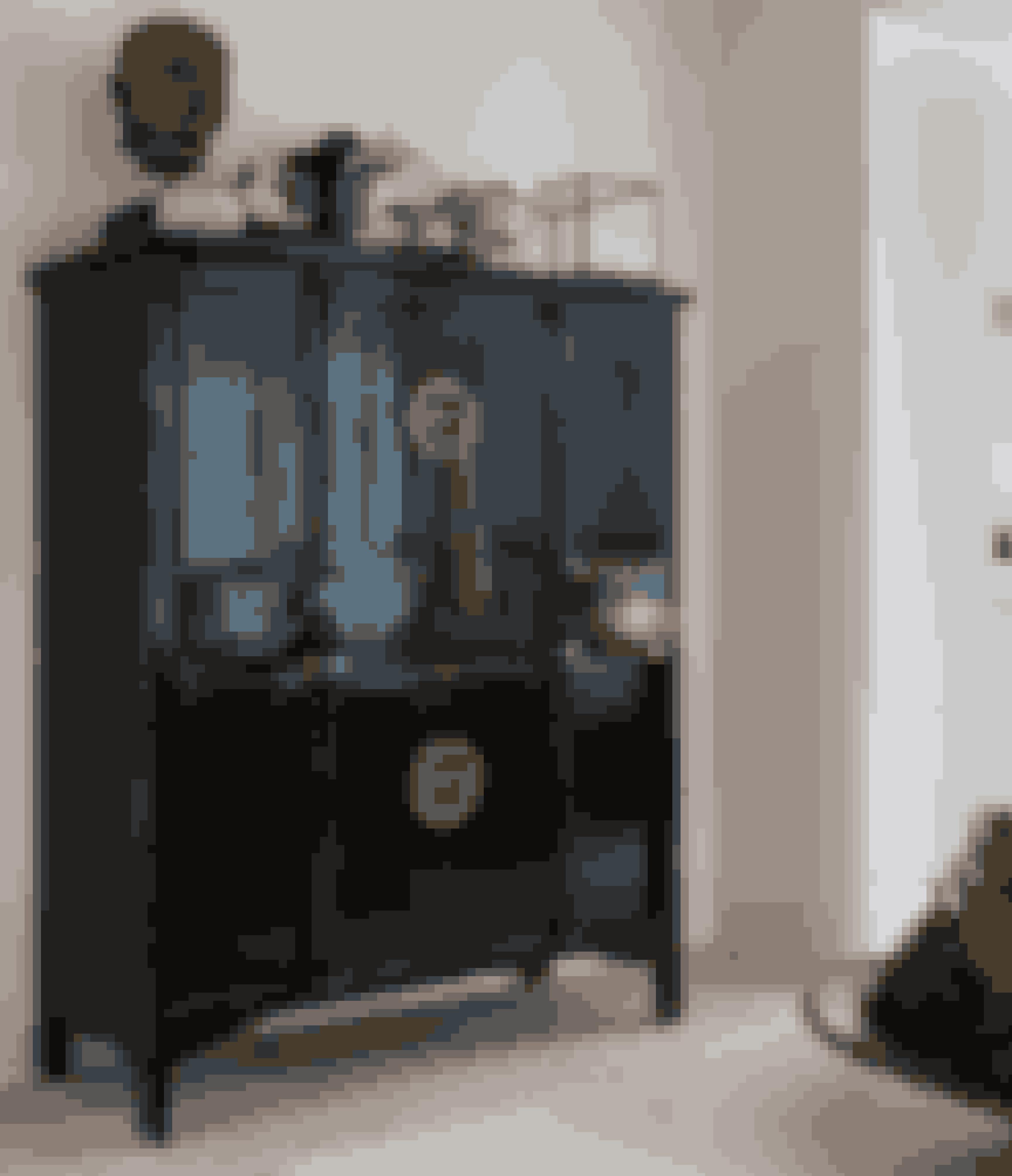 Bryd det stramme look med et vintagemøbel – det giver kant til din stil. Brug også skabet til at lave et fint stilleben af dine favoritsager. Skab og Buddha fra Lauritz.com, glasklokke fås lignende i Fil de Fer, og figurer er souvenirs.