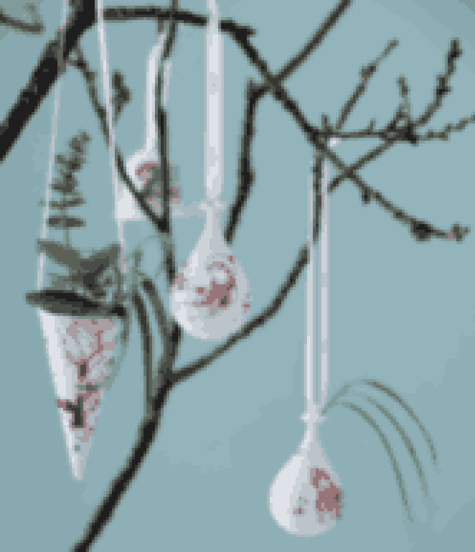 Bjørn Wiinblad har for alvor vundet indpas i de danske hjem igen. Hans velkendte tegninger står smukt på de flotte julekugler, som med sine røde farver skaber en god og traditionel julestemning. Find den her!