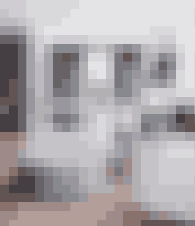 Her bor: Anita Schytte, international brand manager i interiørfirmaet Bungalow Danmark, 57 år, hendes mand Jesper, 62 år, og hundene Silke og Sally.Bolig:Murermestervilla fra 1932 på 286 m² i Korsør.Stil:Romantisk boheme med rå detaljer.
