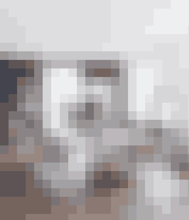 Brug dine havemøbler med bløde puder i om vinteren, hvis du har lyst til at indrette uden at skulle skifte møbler ud. Stolene er fra Tine K Home, plankebordet har Anita selv tegnet, og lamperne over bordet er designet af Philippe Starck for Flos.