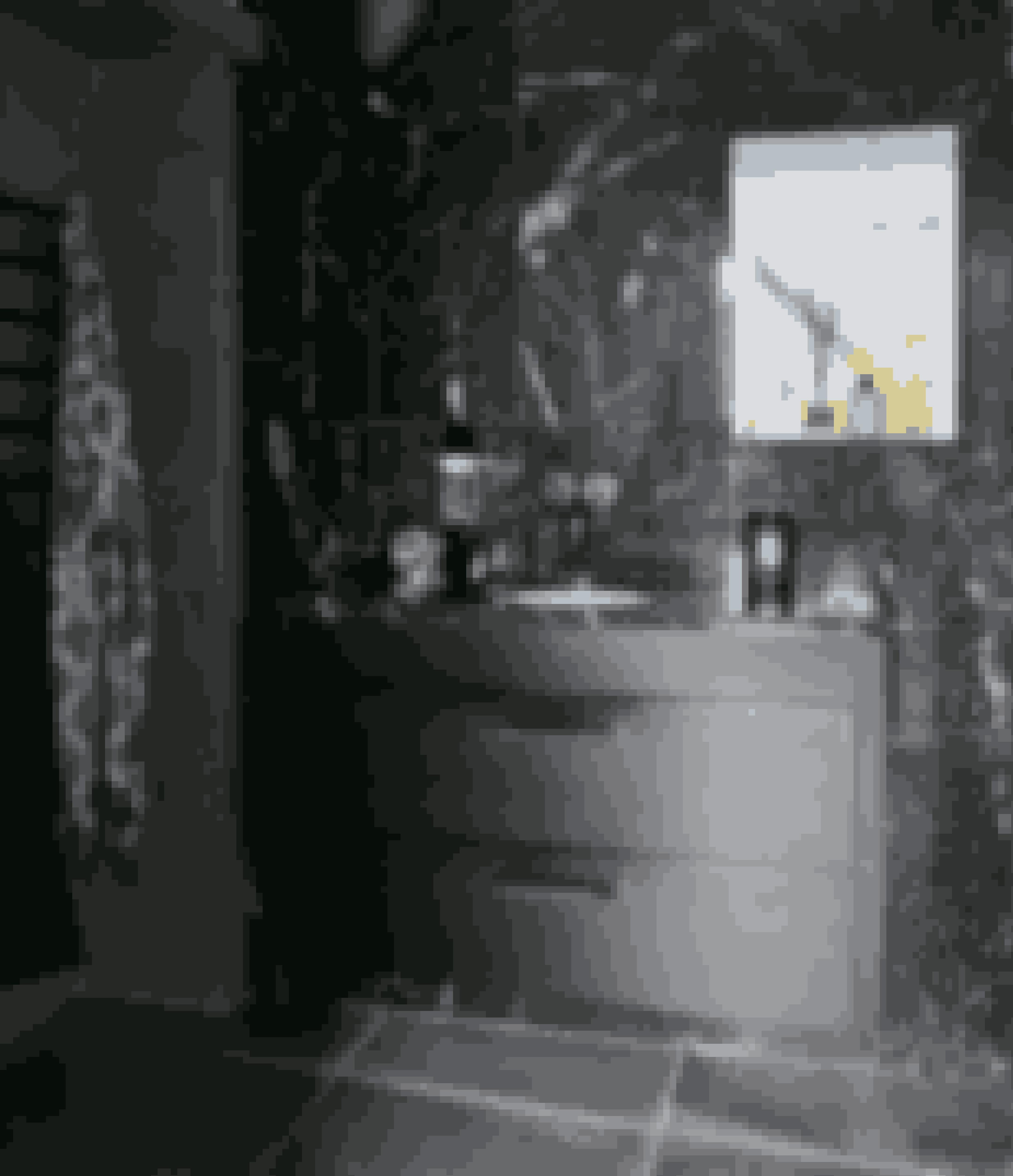Giv en enkelt væg kabespartel – som her i farven Cold Steel – hvis du gerne vil skabe en hulestemning. Designet består af sorte Marquina-marmorfliser på bagvæg og bordplade, betonfliser på gulv, Vola-armatur og snedkerfremstillede skuffer med sorte messinggreb. Gubi Grossmann Cobra-væglampe og kimono fra H&M.