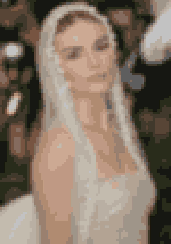 Kate Bosworth så uskyldig ud med hendes brudeagtige hovedbeklædning, og neutrale make-up look, med ferskenfriske kinder.