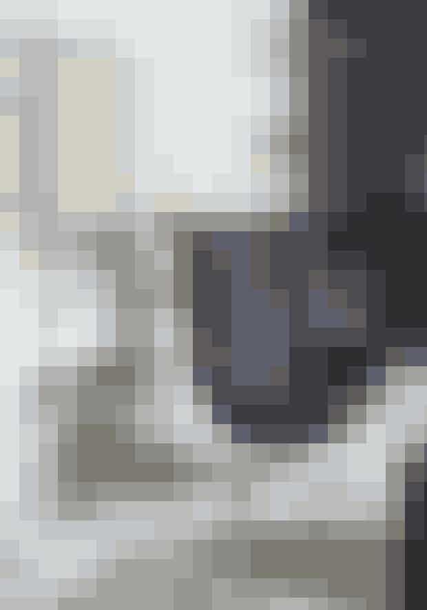 HVEM: Katrine Eggert Christiansen, 50 år, indehaver af interiørbutikken Christiansen & Co. sammen med Mads Christiansen, 48 år, som også driver egen tømrervirksomhed. Familien tæller også parrets tre børn, Emil, Mille og Karla på 19, 15 og 11 år samt hunden Eddy.HVAD: 124 m² landejendom beliggende i udkanten af Hornbæk i Nordsjælland.STIL: Rustikt nordisk med sorthvide kontraster og mix af designklassikere.