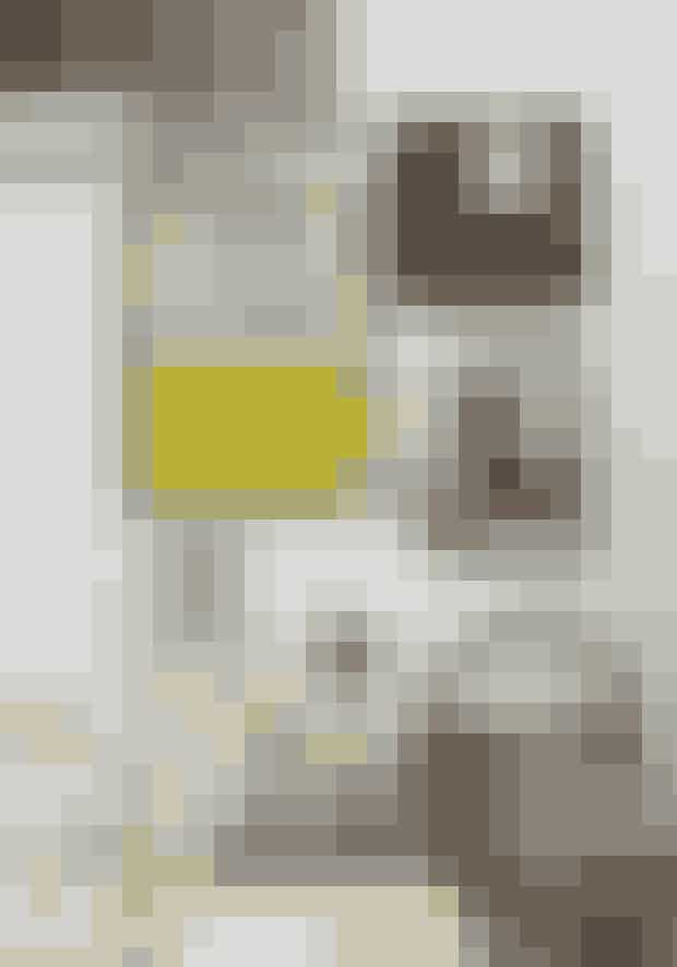 Skab stemning med stilleben, og bland gerne både billeder og tilbehør. Den antikke kurv er fra Christiansen & Co.