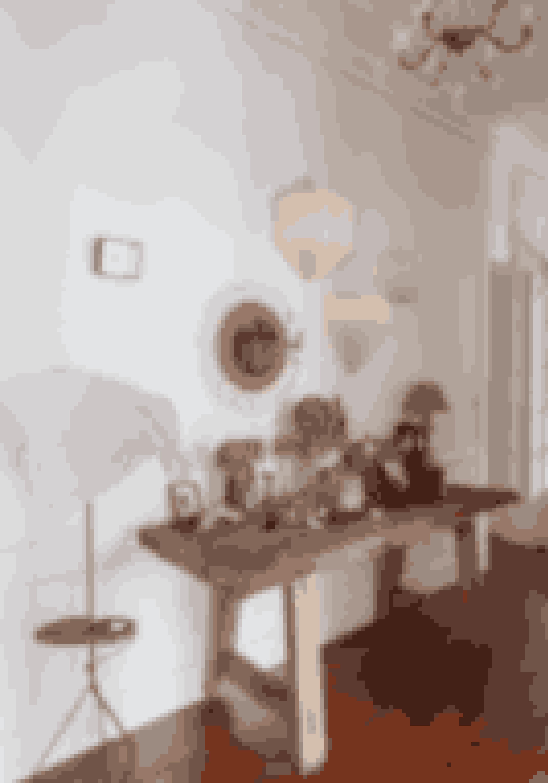 Tænk på en bouillonterning, når du indretter. Det kan give en stor effekt som kontrast, hvis du har steder, der er proppet med ting og fx sat frem på et bord, hvis resten af rummet er mere luftigt indrettet.