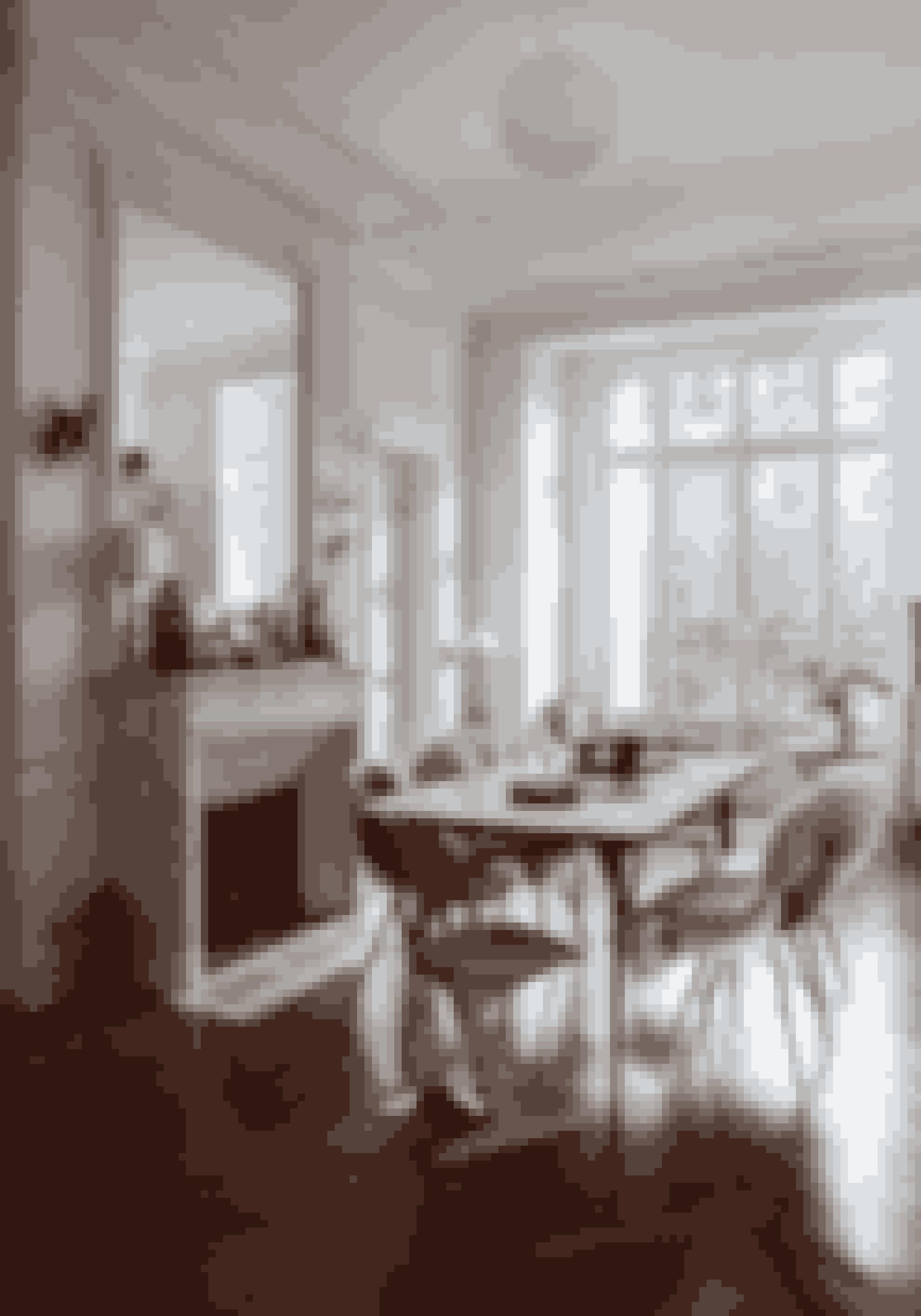 Brug store spejle til at få rummet til at virke større som her. Det indbyggede gigant-spejl var her allerede, da Véronique Campardou flyttede ind. Skind over stole er en nem måde at give et rum varme og en naturlig atmosfære på.
