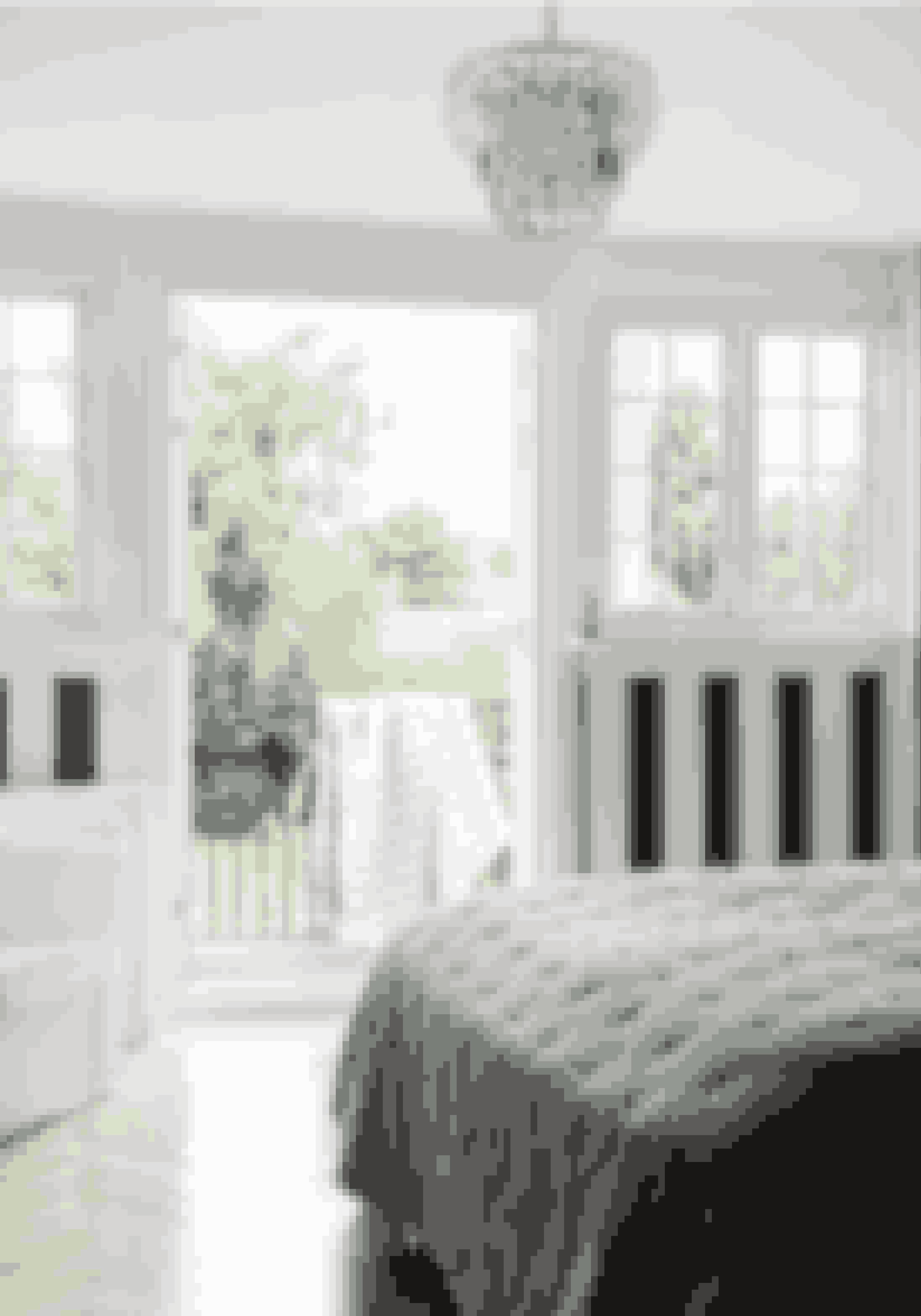 Med tapet kan du skabe stemning, give rum grafisk kant eller definere en stil, så fx dit soveværelse får karakter af badehotel eller som her klassisk hotelværelse.