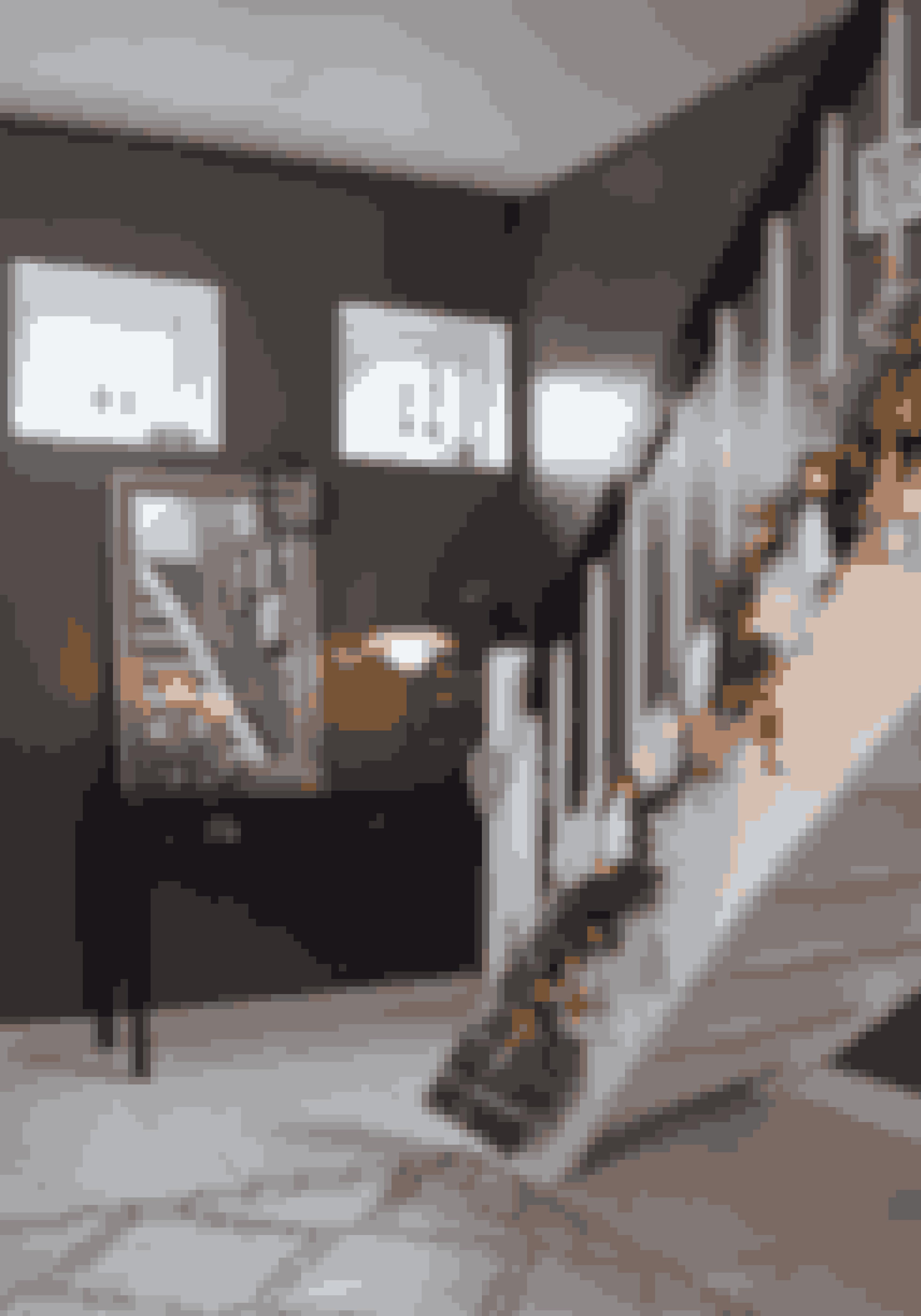 Den klassiske jul starter allerede i entréen. Pynt trappen med gran, nisser og store snefnug, og lad den fungere som adventskalender ligesom familien Høvring.