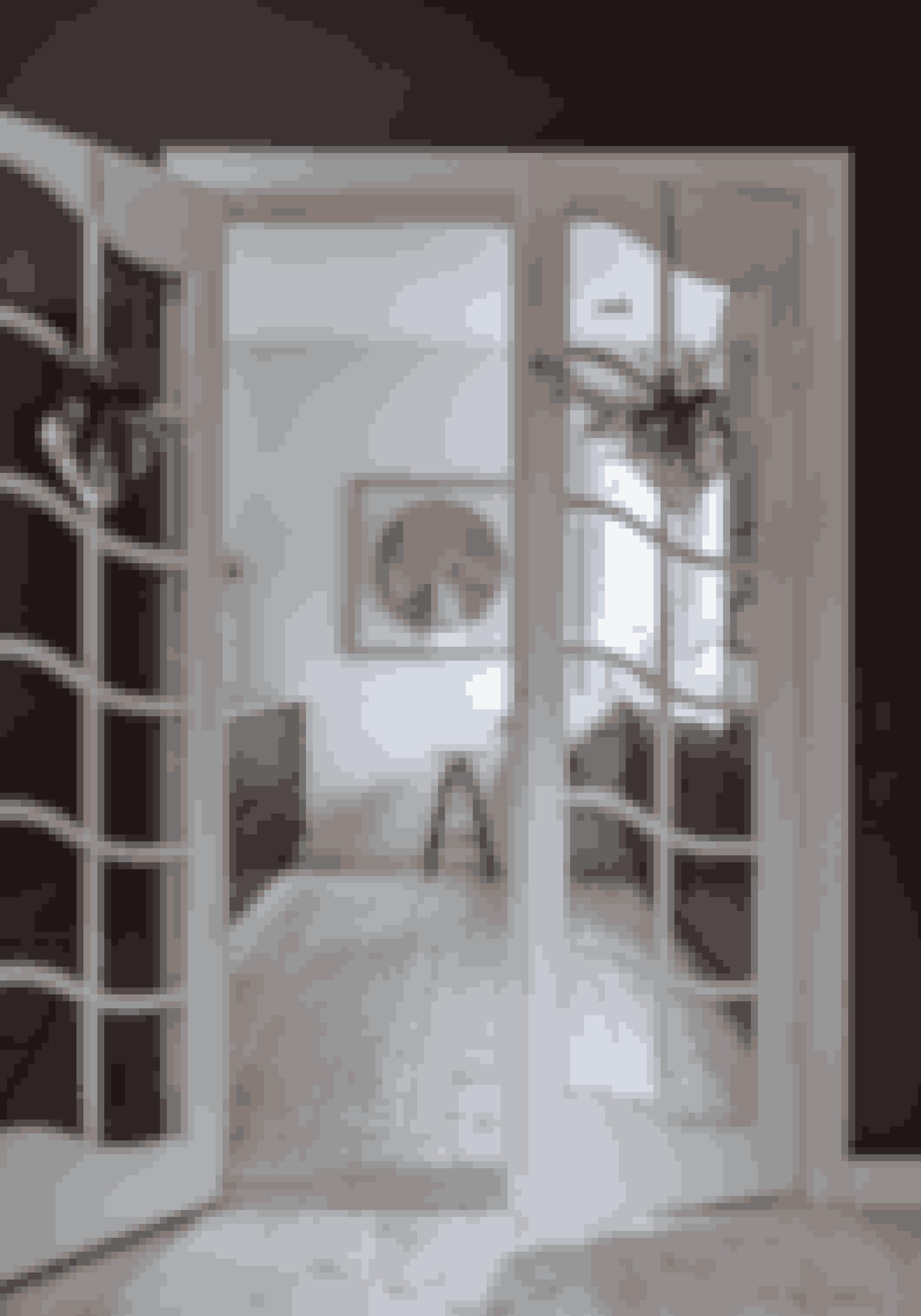 Spred julestemning med store guldhjerter pyntet med gran og velourbånd. I entréen hos familien Høvring pynter hjerterne på de franske døre, der med deres hvide højglans står i kontrast til væggenes matte antracit.
