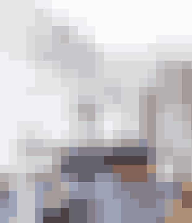 Køkkenet står stadig,som da parret overtog huset – de har blot sat hvidemarmorfliser fra Mosaikhjørnet op på væggen og revetoverskabe ned. På hylden fra Ferm Living (Find den her!) står et billede fra Alexander McQueen-udstilling påQ&A i London. Planten er fra Ikea. Se hele boligen her!