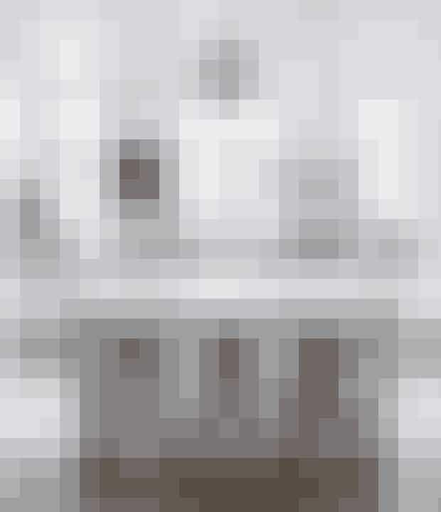 Har du som parret her et hvidt køkken,så tilføj mere personlighed ogfarve med kunst på væggene. Dethvide, enkle køkken er fra Unoform,værket, Fleshy Sleeve, er lavet afKarina Mencke. Barstolen i sortmaletbøg med sort læder er fraShapingYourDay.