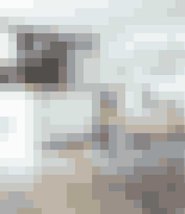 Hvis du elsker det uformelle 60'er køkken med runde køkkengreb og uprætentiøs charme, så sats på hvide laminatlåger i kombination med solidt træ og en masse smukke danske designklassiskere, der netop peger tilbage mod dansk designs storhedstid.