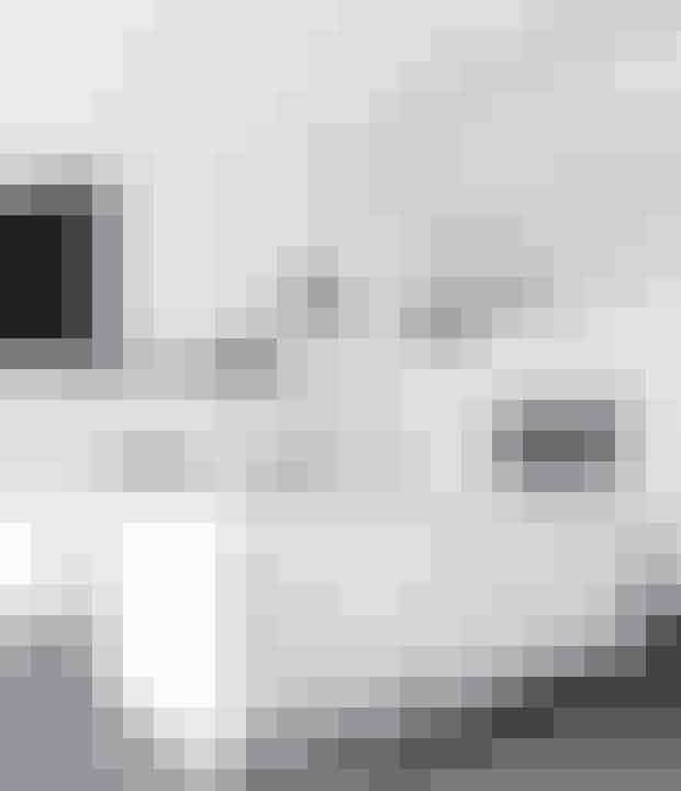 Hvid er den mest populære farve i køkkenet, og det er selvfølgelig fordi, et køkken er en stor investering og skal holde i mange år. Går man efter det minimalistiske hvide look, skal man huske, at de øvrige designvalg bliver ekstra vigtige. Pludselig bliver gulvet meget synligt, og de hårde hvidevare spiller en større rolle.